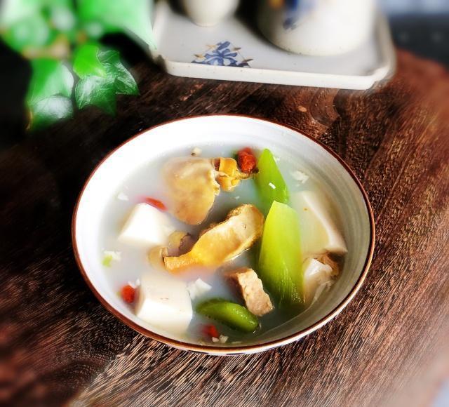 这碗河蚌豆腐汤,要想汤汁雪白更鲜美,卖水产摊主提醒我别干这事